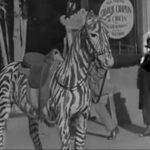Il mistero della donna con il cellulare nel video di Charlie Chaplin