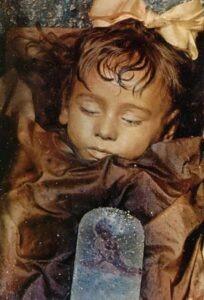 Immagini-Rosalia-Lombardo-2-204x300 Rosalia Lombardo il mistero della mummia che apre gli occhi