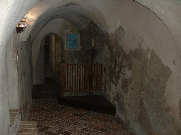 azzurrina-fantasma-bambina-castello-montebello-film-horror-2 La Leggenda di Azzurrina, la bambina scomparsa nel nulla