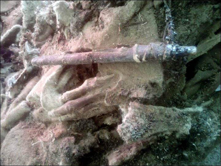 inside_hand La mummia di 1.500 anni fa con ai piedi le scarpe da tennis